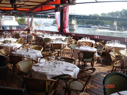 quai ouest un vaste restaurant tendance sur une barge. Black Bedroom Furniture Sets. Home Design Ideas