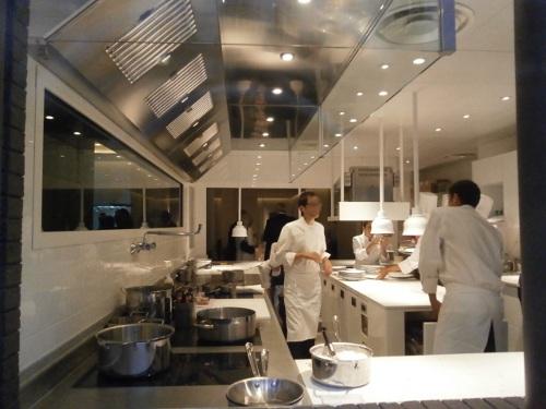La dame de pic le restaurant chic et mode d 39 anne sophie pic for Cuisine ouverte restaurant norme